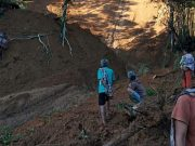Sejumlah warga mengamati dampak tanah longsor di Kelurahan Botong, Kecamatan Makale Selatan, Kabupaten Tana Toraja, Sulawesi Selatan, Minggu (5/4). (BPBD Kabupaten Tana Toraja)