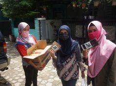 Lembaga Advokasi Lingkungan Mitra Bentala membagi masker di Sumberejo.