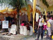 Petugas kepolisian bersama tim gabungan terdiri dari TNI dan polisi syariah, berusaha membubarkan sebuah resepsi pesta pernikahan di kawasan Desa Cot Peuradi, Kecamatan Suka Makmue, Kabupaten Nagan Raya, Provinsi Aceh, untuk mencegah paparan virus corona (COVID-19), Senin, 30 Maret 2020. (ANTARA/Dokumen Polres Nagan Raya Aceh)