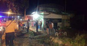 Proses penertiban kerumpunan warga yang dilakukan oleh Tim COVID-19 Lampung Utara, Jumat malam (24/4/2020).