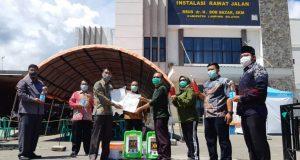 Ketua Fraksi PKS Lampung Selatan, Bowo Edi Anggoro bersama kader PKS Lampung Selatan lainnya, M. Akyas, Dede Suhendar, Adi Apriyanto, Imam serta Lukman saat menyerahkan bantuan APD ke RSUD Bob Bazar Kalianda, Jumat (3/4/2020).