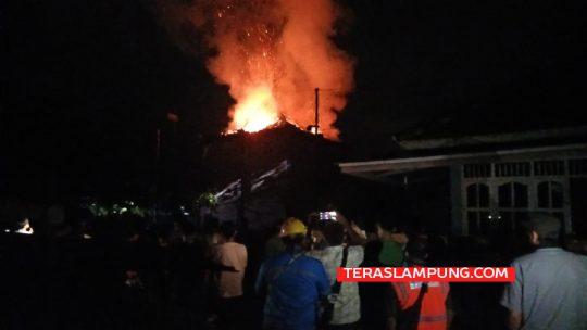 Bangunan Wan Ajo Resto and Karaoke Kotabumi Ludes Terbakar