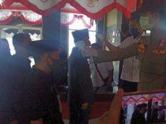 Ketua DPRD, Romli (dekat kamera) dan Wakil Bupati Budi Utomo diperiksa suhu tubuhnya sebelum memasuki ruang sidang paripurna