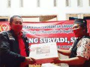 Bambang Suryadi (kiri) menyerahkan paket sembako untuk warga Wates, Lampung Tengah, Senin (18/5/2020).