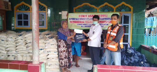 Bukit Asam Peduli, PTBA Berikan 559 Paket Sembako kepada Warga Tarahan.