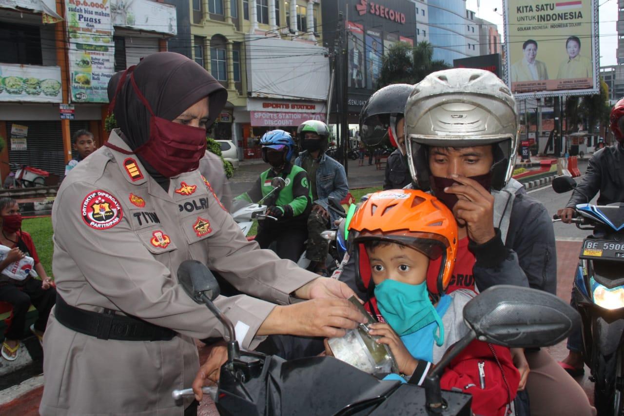 Polwan dan Bhayangkari Polresta Bandar Lampung Bagikan Takjil Gratis di Tugu Adipura