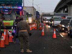 Antrean kendaraan saat pemeriksaan surat kelengkapan syarat masuk wilayah Jabodetabek di KM 47 Tol Cikampek-Jakarta, Jawa Barat, Rabu, 27 Mei 2020. Petugas gabungan melakukan pemeriksaan dan memperketat pengawasan arus transportasi yang hendak masuk ke Jabodetabek guna memutus penyebaran COVID-19. ANTARA