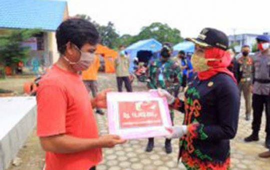 Puting Beliung di Tulangbawang, Bupati Winarti Serahkan Bantuan Rp1,5 Miliar untuk Para Korban