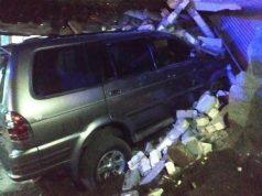 Mobil Isuzu Panther yang dikemudikan Kapolsek Gunem menabrak teras rumah warga di Rembang. Kecelakaan itu menewaskan balita, Senin (25/5/2020) malam. (Foto: iNews/Musyafa)