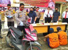 Kapolres Lampung Selatan, AKBP Eddie Purnomo saat menunjukkan barang bukti serta kedua pelaku pembunuhan saat press rilis di Mapolsek Tanjung Bintang, Kamis (28/5/2020).