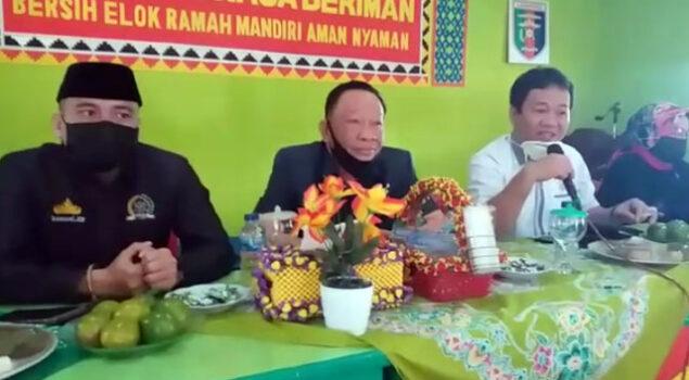 Ketua Komisi IV DPRD Lampung Utara, Arnol Alam dan Sekretaris komisi, Ali Darmawan (baju putih) didampingi anggota komisi lainnya saat sidak BST di Desa Tanjungraja