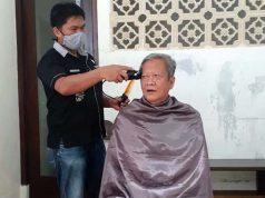 Ketua Partai Gerindra Lampung, Gunadi Ibrahim, memangkas rambutnya usai dinyatakan sembuh dari Covid-19.