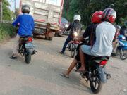 Pemakai jalan di ruas Desa Margoto, Kecamatan Metro Kibang, Lampung Timur harus antre untuk bisa melintas di jalan yang tidak berlubang. Hal itu sering menyebabkan kemacetan.