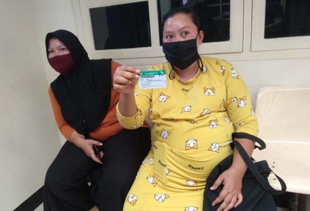 Nopi istri Subari yang tengah hamil tua menjelaskan keluhannya ke awak media.