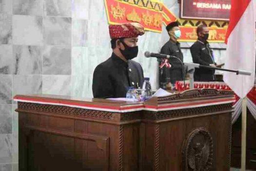 Plt Bupati Lampung Utara, Budi Utomo memberikan sambutan dalam sidang paripurna HUT Lampung Utara