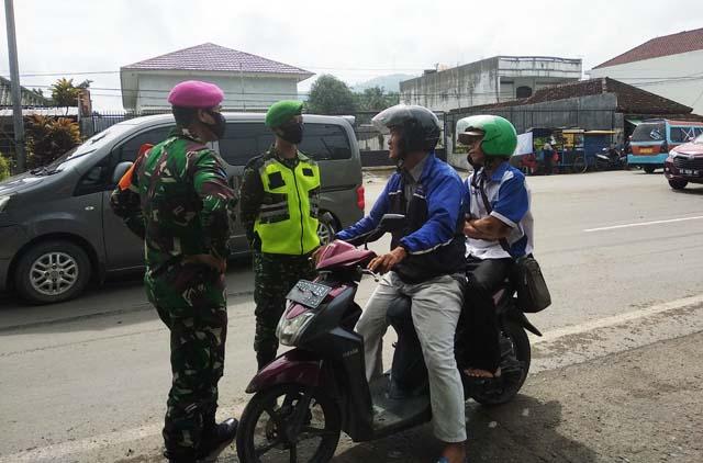 Petugas Gugus Tugas Penanganan Covid-19 meminta kepada pengendara untuk menggunakan masker.