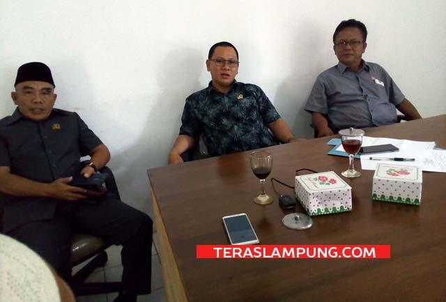 Ketua Komisi II DPRD Lampung Utara, Mulyadi (tengah) bersama koleganya usai rapat dengar pendapat, Kamis (25/6/2020).