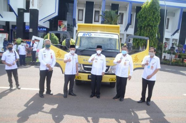 Pemkab Lampung Utara Terima CSR 'Dump Truck' dari Bank Lampung