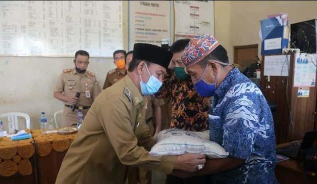Dampak Covid-19, Plt Bupati Lampung Utara Serahkan Bantuan Beras untuk 12.631 Warga
