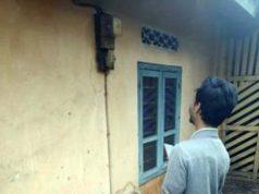 Petugas mengecek pemakaian listrik pelanggan PLN.
