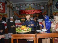 Ketua DPRD Lampung Utara, Romli memotong tumpeng sebagai tanda syukur dalam perayaan HUT ke-74 Lampung Utara, Senin (15/6/2020).