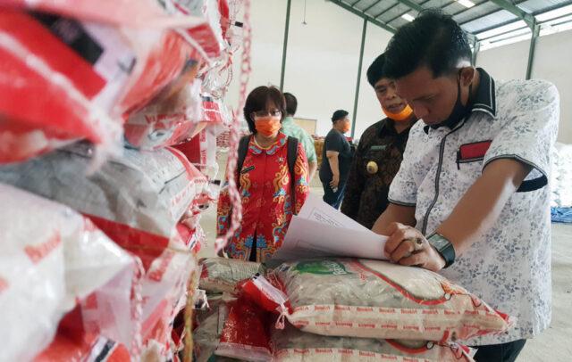 Kasi Datun Kejari Lampung Selatan, Muhammad Ikbal Hadjarati saat melakukan pemeriksaan terhadap pengadaan bantuan sembako untuk penanganan COVID-19 di Lampung Selatan.