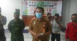 Ketua Sekretariat Posko Tim Gugus Tugas Penanganan COVID-19 Lampung Utara, Sanny Lumi menjelaskan kasus baru Covid-19 di Lampung Utara, Selasa malam (9/6/2020).