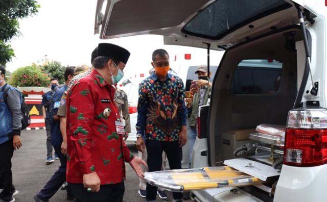 Walikota Herman HN memeriksa kelengkapan ambulan baru di halaman Pemkot Bandarlampung