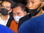 Buronan Djoko Soegiharto Tjandra tiba di Bandara Halim Perdanakusuma sekitar pukul 22.39 WIB dengan menumpangi pesawat The Grace dari Malaysia. Djoko digiring aparat dengan mengenakan baju tahanan berwarna orange dan tangan diborgol - Bisnis.com/Sholahuddi Al Ayubbi.