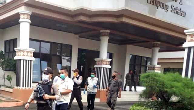 Tim Penyidik KPK saat mendatangi Kantor Bupati Lampung Selatan dan melakukan penggeledahan terkait pengembangan kasus dugaan korupsi proyek infrastruktur, Senin (13/7/2020).