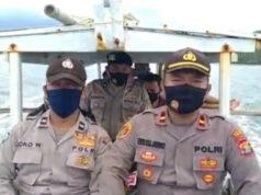 Kapolsek Cukuh Balak, Ipda Eko Sujarwo saat menyebarangi lautan menggunakan perahu bersama beberapa personelnya menuju ke Pulau Tabuan, Tanggamus.