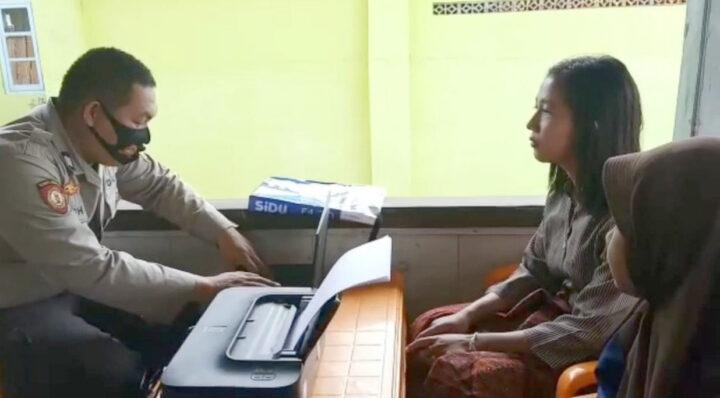 Personel Polsek Cukuh Balak Polres Tanggamus memberikan pelayanan kepada masyarakat Pulau Tabuan.
