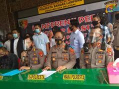 Kabid Humas Polda Lampung, Kombespol Zahwani Pandra Aryad (tengah) menjelaskan hasil penyelidikan kasus prostitusi online yang melibatkan artis VS dan dua muncikari, di Polresta Bandarlampung, Kamis (30/7/2020).