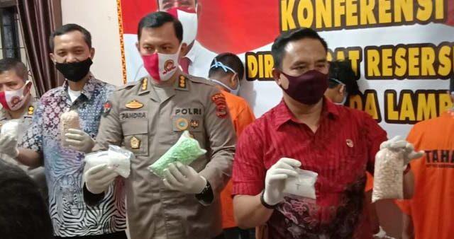 Kabid Humas Polda Lampung Kombes Pol Zahwani Pandra Arsyad, Jumat (10/7/2020), menunjukkan barang bukti pil ekstasi dan sabu-sabu dari para tersangka pengedar narkoba yang ditangkap di wilayah Natar, Lampung Selatan.