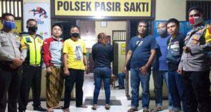M (38), warga Kecamatan Palas, Lampung Selatan tersangka penyalahguna narkotika saat diamankan petugas Polsek Pasirsakti Polres Lampung Timur. (Foto: Dok. Humas Polres Lamtim)