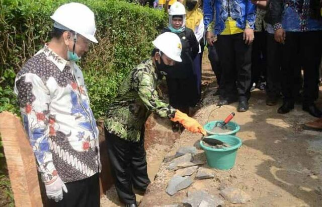 Plt. Bupati Lampung Utara, Budi Utomo turut meletakan batu pertama dalam peresmian program Kotaku di Kelurahan Tanjungsenang, Lampung Utara.