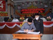Plt. Bupati Lampung Utara, Budi Utomo didampingi oleh Ketua DPRD, Romli menandatangani kesepakatan peningkatan status Raperda Tentang Pertanggungjawaban Pelaksanaan APBD Lampung Utara tahun 2019 menjadi Perda.