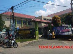 SMPN 10 Kota Bandarlampung di jalan Panglima Polim nomer 5, Segalamider.