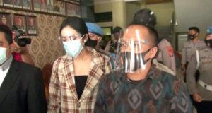 Artis Vernita Syabilla didampingi kuasa hukumnya, Teguh Margono saat gelar press rilis di Mapolresta Bandarlampung, Kamis (30/7/2020)