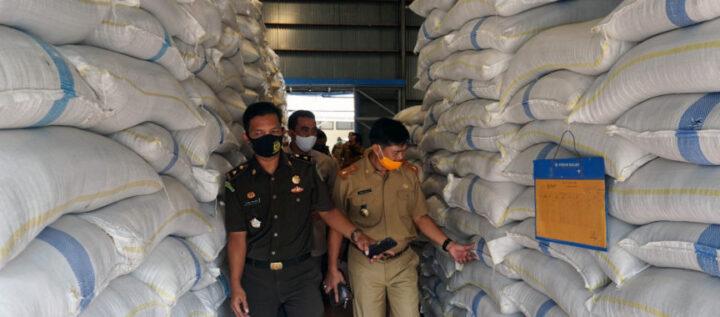 Kasi Datun Kejari Lampung Selatan, Muhammad Ikbal Hadjarati sedang memeriksa kualitas cadangan beras pemerintah di Bulog Kalianda. | Foto : Diskominfo Lamsel