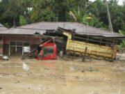 Sebuah truk milik warga terendam lumpur akibat banjir bandang di Desa Radda, Kabupaten Luwu Utara, Sulawesi Selatan, Selasa, 14 Juli 2020. ANTARA/Indra