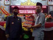 Ketua DPRD Lampung Utara, Romli (kanan) menerima dokumen pertanggungjawaban pelaksanaan APBD Lampung Utara tahun 2019 dari Plt. Bupati Lampung Utara, Budi Utomo, Rabu (15/7/2020).