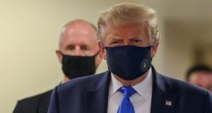 Presiden AS Donald Trump mengenakan masker, Sabtu waktu AS (11/7/2020). Foto: Reuters via BBC