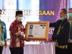 Walikota Bandarlampung, Herman HN (kiri), menerima penghargaan Dana Wira Utama Anugraha dari Rektor Unila, Prof. Karomani, Kamis (23/7/2020).
