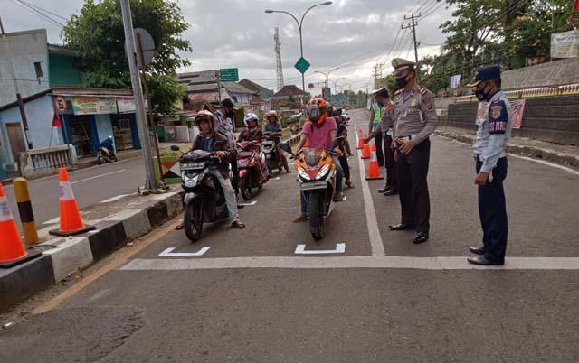 Sat Lantas Polres Tanggamus Buat Marka RHK di Simpang Empat Kota Agung