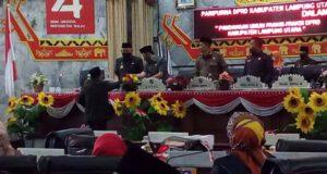 Ketua Fraksi PKB DPRD Lampung Utara, Tabrani Rajab, menyerahkan pandangan umum fraksinya kepada Ketua DPRD Lampung Utara, Romli, Kamis (16/7/2020).