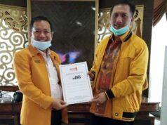 Sekjen DPP Partai Hanura, Gede Pasek Suardika menyerahkan SK pengangkatan Ali Darmawan (kiri) sebagai Ketua DPD Partai Hanura Lampung