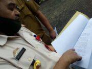 Plt. Kepala Dinas Pendidikan dan Kebudayaan Lampung Utara, M. Saragih menunjukan ayat mengenai jalur zonasi dalam Permendikbud.