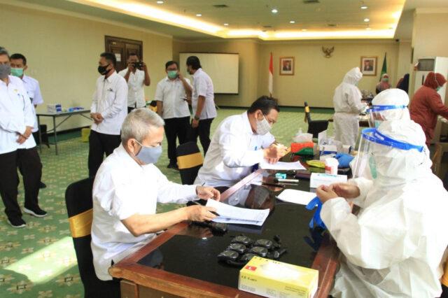Plt Sekretaris Jenderal Kementerian Agama mengawali pemeriksaan Rapid Tes dengan Kepala Biro Perencanaan di Ruang OR Kementerian Agama, Selasa (21/7/2020).