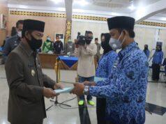 Plt. Bupati Lampung Utara, Budi Utomo menyerahkan SK 100 persen kepada 90 CPNS